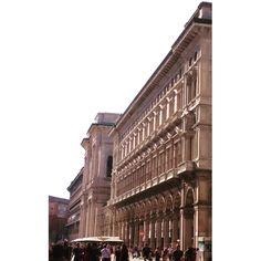 Tutte le strade passano di qui.  #piazzadelduomo #archiettura #architecture #Milano #Milan #whywelovemilano #loves_milano #milanodavedere #milano_go #igersitalia #igersmilano  quando ero #invacanza  #conlaverdipermilano by thegianaz
