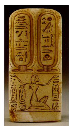 """Akhenaton aparece arrodillado y sostiene dos grandes cartelas que contienen los nombres de Atón. En el Royal Cartouche escribiendo el nombre de un dios. Un título para Akhenaton fue """"El que eleva el nombre de Aten""""."""