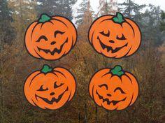 Wer es an Halloween nicht zu gruselig mag, für den sind diese fröhlichen Kürbisse genau richtig! Man kann sie alle vier auf einem Fenster anbringen oder auch auf mehrere Fenster verteilen. Die Kürbisse sind aus Tonkarton und Transparentpapier gebastelt, jeweils ca. 20 x 18 cm groß und auch für Anfänger sehr leicht nachzubasteln. https://www.crazypatterns.net/de/items/18304/fensterbild-froehliche-kuerbisse-bastelanleitung-mit-vorlagen