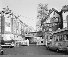 Tiedemanns tobakksfabrikk, fabrikkbygninger, gjerde, port, biler