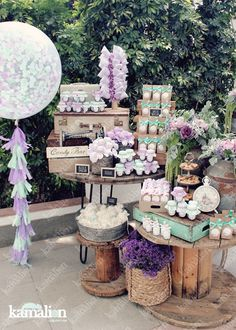 www.kamalion.com.mx - Mesa de Dulces / Candy Bar / Postres / Menta & Morado / Mint & Purple / Rustic Decor / Dulces / Vintage / Madera / Lecheros / Maletas / Reloj / Garland / Clock / Big ballon / Algodon de azucar / Cotton candy Wedding.