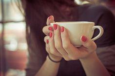 Resultado de imagem para чашка кофе в руках