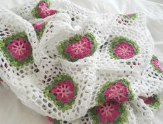 """DIESER TRAUM EINER DECKE - Austrian blog offers inspiration but no pattern. Similar to """"Lacy Wheel"""" from 200 Crochet Blocks by Jan Eaton at http://www.ravelry.com/patterns/library/lacy-wheel"""