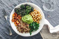 Quinoa-Detox-Bowl mit Spinat-Hummus