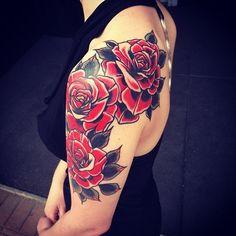 Image issue du site Web http://www.tattoolifestyle.fr/modele-photo/idee-tatouage-roses-old-school-femme-bras-1401472627.jpg