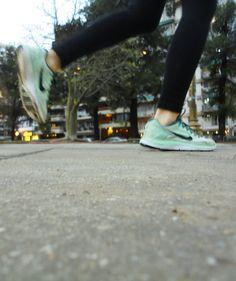 Zapatillas de una persona que está corriendo, en movimiento.
