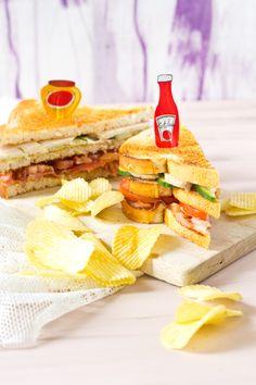 Club sandwich gerookte kip. Maak van die saaie boterham eens echte Club Sandwich. Met gerookte kipfilet, gebakken spek, groenten en chips.
