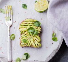 Runners food doesn't need to be complicated. In fact, runners food is based on basic nutrition. Get the lowdown on the best runners food to fuel your training and crush PR's. Avocado Toast, Avocado Hummus, Smashed Avocado, Avocado Egg, Healthy Fats, Healthy Eating, Clean Eating, Runners Food, Nutrition For Runners