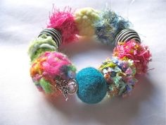 upcycled jewelry with fabric Textile Jewelry, Fabric Jewelry, Diy Jewelry, Handmade Jewelry, Jewelry Making, Jewellery, Jewelry Ideas, Crazy Patchwork, Patchwork Bags