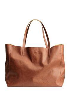 Shopper: Shopper em pele sintética macia e gravada. Tem duas pegas e fecho magnético na parte de cima e um compartimento interior com fecho éclair. Medidas: 19x30x39 cm.