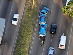 Engavetamento envolve 7 carros da Polícia Militar do RJ na Avenida Brasil +http://brml.co/1GdBlib