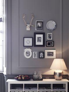 Tavelvägg, svarta ramar mot grå vägg blir fint