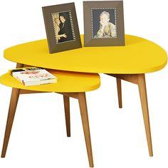 Mesa lateral dá todo um charme na sala de estar.
