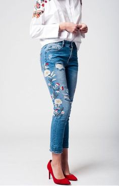 Skinny destroyed jeans, embroidered detail on thighs. Soft and comfy denim, medium rise.