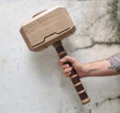 Mjöllnir du dieu viking, fils d'Odin, Thor ! Cet objet est une reproduction décorative, il n'est donc pas recommandé de l'utiliser pour autre chose que de la décoration. Il a fallut maîtriser plusieurs techniques pour ces résultats. Le tournage bois pour la réalisation du manche mais également de la sculpture et de la pyrogravure pour toutes les inscriptions présentes sur les chants-freins du Mjölnir mais également sur la partie haute de la masse. Thor, Reproduction, Sculpture, Pyrography, Sons, Sleeve, Sculpting, Ox, Statue