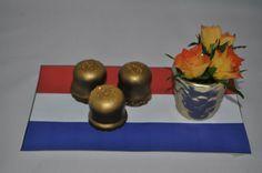 Golden kiss: zoen met gold spray bespoten en wat Wilton gold sparkles erop.