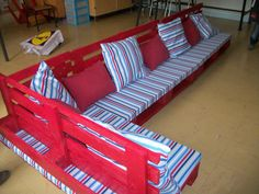 Pallet reading corner for a school #Bench, #Corner, #Kids, #School, #Sofa