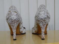 Sapatos customizados com renda de guipir e pérolas pela Ornamental Bijoux Noivas.