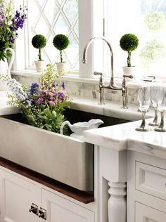 39 Popular Farmhouse Sink Faucet Design Ideas Perfect For Your Kitchen. Classically designed kitchen sinks are intended to mimic the ones that are utilized on farms by providing durability and the ide. Home Interior, Kitchen Interior, New Kitchen, Kitchen Decor, Interior Design, Kitchen Ideas, Kitchen Sinks, French Kitchen, Kitchen White