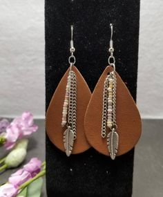 Brown faux leather teardrop with silver chain, antique silver plated feather charm and tan mix seed beads. Diy Leather Earrings, Diy Earrings, Leather Jewelry, Earrings Handmade, Silver Earrings, Clay Jewelry, Jewelry Crafts, Beaded Jewelry, Argent Antique