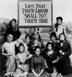 """Em 1919 uma campanha a favor da proibição do álcool nos EUA mostrava a foto abaixo e a mensagem:         """"AQUELES LÁBIOS QUE TOCAREM O ÁLCOOL NÃO TOCARÃO OS NOSSOS""""   Olhe BEM e responda… sinceramente,  VOCÊ PARARIA DE BEBER?"""