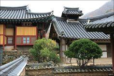 김천령의 바람흔적 :: 지붕 위의 작은 지붕, 솟을지붕을 보셨나요? Korean Traditional, Traditional House, Asian Architecture, Asian Design, Old Building, Beautiful Pictures, Beautiful Scenery, Cabin, Landscape