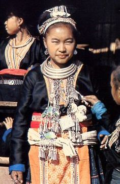 hmong necklace   The Hmong Hill Tribe : Silver Jewelry & Embroidery