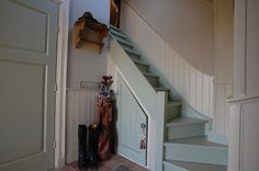 Stairs to our 'secret garden' room :)! Green hallway. Cottagestyle. Farrow ball Stairs and doors - Vert de terre. Old White on the wall. Off white at all the wooden parts.