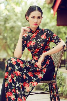 Modern Ao Dai in floral silk Vietnamese Clothing, Vietnamese Dress, Traditional Wedding Dresses, Traditional Outfits, Oriental Fashion, Asian Fashion, Asian Wedding Dress, Vietnamese Traditional Dress, Indian Dresses