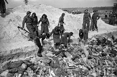 Magdalene Kessel, Anneliese Kohlmann, Hildegard Kambach/Kanbach, Charlotte Pliquet, Frieda Walter, Ilse Förster and Elisabeth Volkenrath bury the dead in Mass Grave 2.