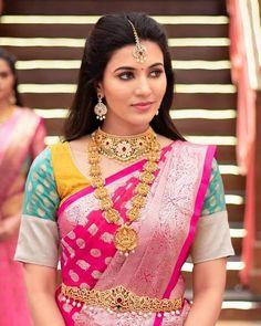 Anju Kurian is an Indian film actress who appears mainly in Malayalam films. Kavi Uddheshichathu and the 2018 film Njan Prakashan. . Follow us at instagram @reelpettiofficial www.reelpetti.com . #priyankamohan #reelpetti #reels #reelpetty #reelsinstagram #actressgallery #actress #tamilactress #kollywoodactress #tamilcinema #cinemagallery #cinewoods #tollywood #mollywood #behindwoods #டோலிவுட் #கோலிவுட் #ரெஜினா #சினிமா #சினிமாசெய்திகள் #தமிழ் சினிமா #தமிழ்ஆக்டர்ஸ் #தமிழ்நடிகைகள் Beautiful Blonde Girl, Beautiful Girl Indian, Most Beautiful Indian Actress, Beautiful Saree, Indian Film Actress, Indian Actresses, Monica Bellucci Photo, Snake Girl, Malayalam Actress