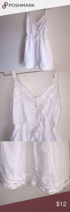 Abercrombie kids dress White Abercrombie dress . Adjustable straps , sinched waist . Very comfy and fashionable! Great for any occasion. Has hardly been worn , in great condition. No stains or holes abercrombie kids Dresses