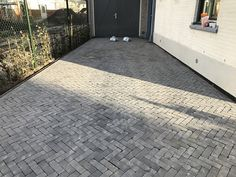 Superb driveway landscaping - go to our articles for many more inspirations! Driveway Paving, Garden Paving, Driveway Landscaping, Garden Inspiration, Exterior Design, Future House, Outdoor Gardens, Garden Design, New Homes