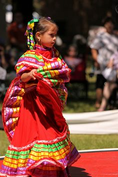 Adorable little girl performing in Mexico. Native American Regalia, Native American Indians, We Are The World, People Of The World, Inuit People, Hispanic Culture, Pow Wow, Native Indian, First Nations