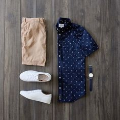 Casual summer outfit inspiration with white sneakers no show socks tan shorts and printed shirt with a watch Smart Casual Outfit, Stylish Mens Outfits, Casual Outfits, Men Casual, Casual Wear, Outfit Grid, Men Style Tips, Style Ideas, Mens Clothing Styles