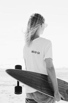 Brandy Melville Malibu tee, Arbor longboard, Vintage Levis. Via Mija