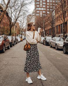 - Robes - Les plus beaux looks en jupe longue et sneakers de 2019 - Furious Laces The most beautiful long skirt and sneaker looks from 2019 - Furious Laces. Mode Outfits, Trendy Outfits, Fall Outfits, Summer Outfits, Fashion Outfits, Womens Fashion, Skirt Outfits For Winter, Long Skirt Outfits, Fashion Trends