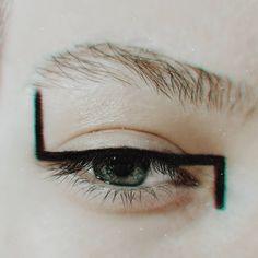 ❌ assymetry ✖️ swipe ▶️▶️ Graphic lines and nothing else. #makeup #beauty #makeupaddict #makeuplover #eyemakeup #brightmakeup…