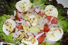 Ensalada de lechuga hoja de roble con queso mozzarella.