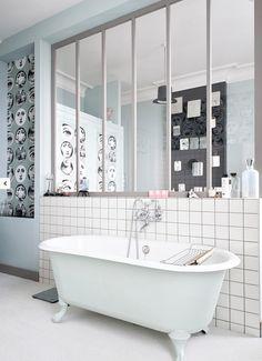 Une salle de bains Pop Art avec une jolie verrière intérieure.