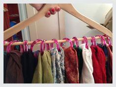 Utilize um cabide com argolas de cortina para pendurar os lenços e cachecois