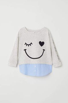 Long-sleeved top in sweatshirt fabric with appliqués on the front, and ribbing around the neckline and cuffs. Sweatshirt Outfit, Grey Sweatshirt, Stylish Toddler Girl, Toddler Boy Fashion, Boys Fall Fashion, Hoodie Sweatshirts, Baby Shirts, Kids Wear, Baby Dress
