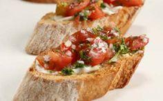 Alkuruoka: YRTTI-VALKOSIPULICROSTINIT Crostinit ovat perintaisiä italialaisia alkupalaleipäsiä. Tässä reseptissä leipäpalat saavat yrttisen tomaatti-sipulitäytteen.