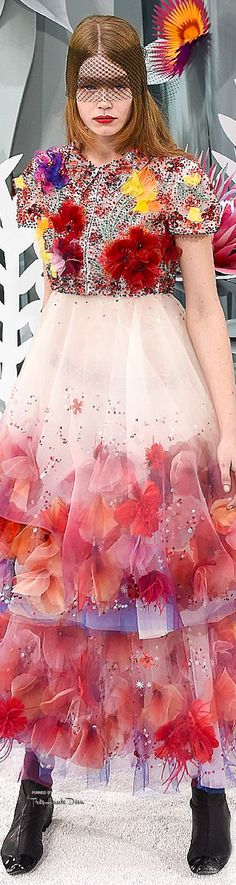 Karl Lagefeld For Chanel Spring/Summer 2015 Haute Couture Coco Chanel, Chanel 2015, Chanel Outfit, Chanel Fashion, Floral Fashion, Love Fashion, Karl Lagerfeld, 2015 Fashion Trends, French Fashion Designers