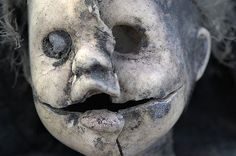 diy halloween decor inspiration -- creepy found dolls, great ideas to create some evil dolls with cheapo toys, paint and dirt Zombie Dolls, Scary Dolls, Ugly Dolls, Halloween Doll, Scary Halloween, Vintage Halloween, Halloween Crafts, Halloween Ideas, Halloween Party