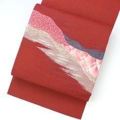 深い臙脂がかった赤色の紬地に、お太鼓に流れる柄です。 ピンクの皮、濃桃色のレースと、青とベージュの変わり織りで色分されています。  <シチュエーション> カジュアルなお着物と合わせてお使いいただけます。 小紋や紬、色無地などと合わせて、おしゃれ着としてお楽しみ頂けます。   <風合> 節のない紬地で、若干硬さがあります。 お太鼓の柄部分は、皮やレースの手触りです。  【楽天市場】八寸名古屋帯 赤 レースや皮、変わり織りの柄 【中古】【仕立て上がりリサイクル帯・リサイクル着物・リサイクルきもの・アンティーク着物・中古着物】:ビスコンティ&きもの忠右衛門