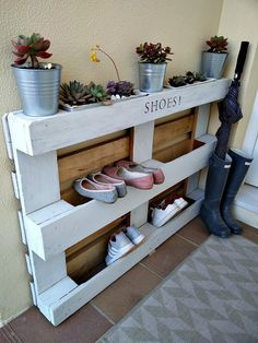 organization 23 brillante und kreative DIY-Schuhregal-Ideen mit kleinem Budget - FREEDSGN I'm A Leaf Recycled Pallets, Wooden Pallets, Wooden Diy, Used Pallets, Diy Shoe Storage, Diy Shoe Rack, Storage Ideas, Shoe Racks, Creative Storage