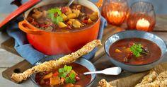 Gulaschsoppa på högrev & smördegsstänger recept Feta Dip, Thai Red Curry, Chili, Recipies, Food And Drink, Soup, Beef, Dessert, Snacks