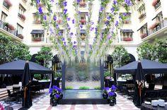 Arreglo floral de Jeff Leatham en el Marble Courtyard del George V