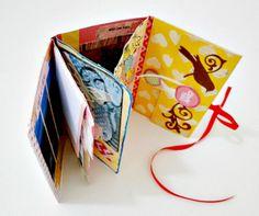 Tutorial de este Mini Álbum de fotos con carpetita, aquí: http://cinderellatmidnight.com/2013/11/18/lunes-de-tutorial-mini-album-carpetita/